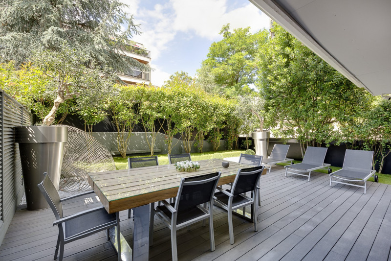 Neuilly-sur-Seine. In a private street and with a garden.