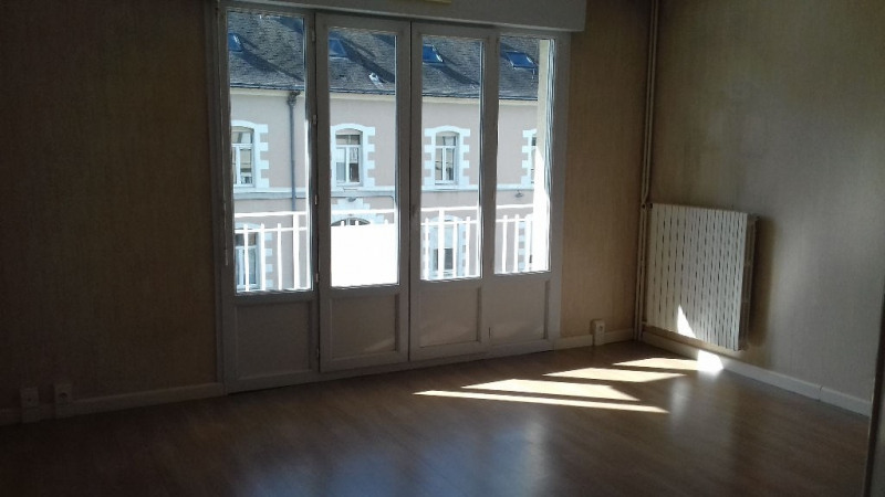 Rental apartment Laval 563€ CC - Picture 1