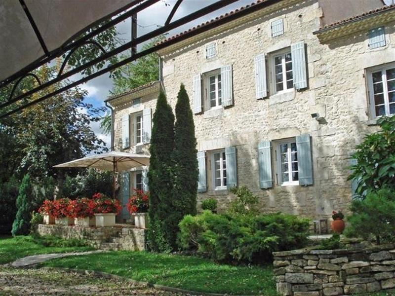 Sale house / villa Saint-jean-d'angély 299000€ - Picture 1