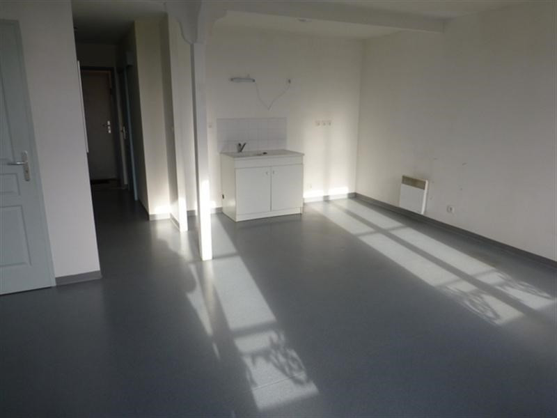 Rental apartment Saint-jean-d'angély 220€ CC - Picture 2