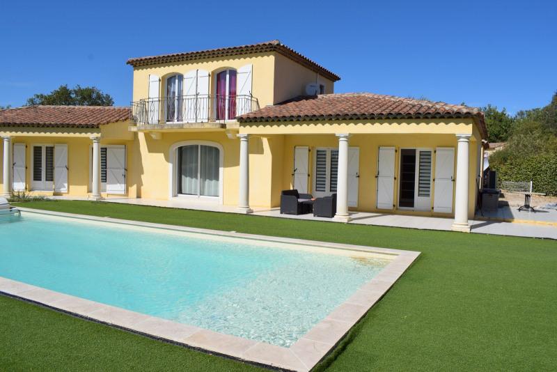 Vente de prestige maison / villa Bagnols-en-forêt 598000€ - Photo 1