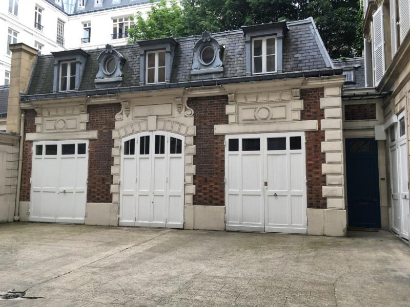 Rental apartment Paris 8ème 1590€ CC - Picture 1