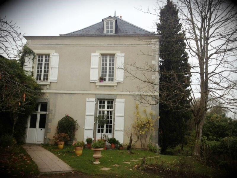 Deluxe sale house / villa Laval 682500€ - Picture 1