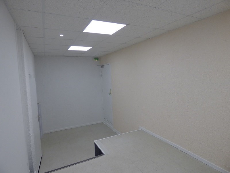 Location local commercial Chambery 790€ CC - Photo 3