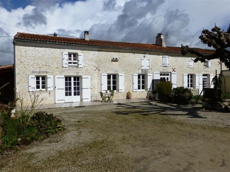 Sale house / villa Saint-jean-d'angély 218200€ - Picture 1
