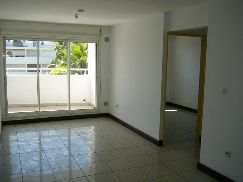 Rental apartment St denis camelias 630€ CC - Picture 2