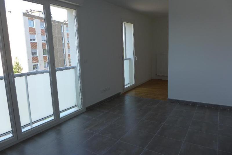 Rental apartment Bron 483€ CC - Picture 1