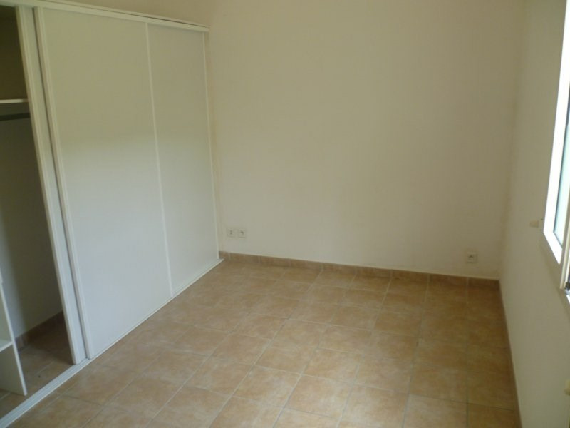 Location maison / villa Gourbeyre 951€ CC - Photo 5
