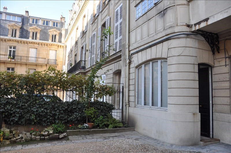 Location appartement Paris 8ème 1 345€ CC - Photo 1