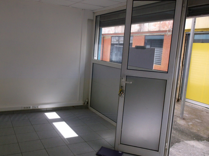 Location local commercial Les abymes 750€ CC - Photo 1