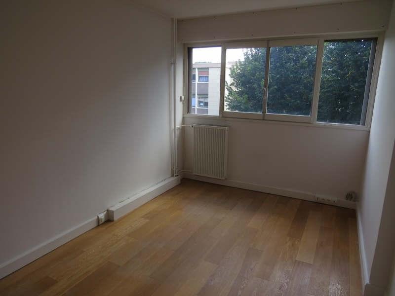 Rental apartment Le mesnil le roi 1290€cc - Picture 2