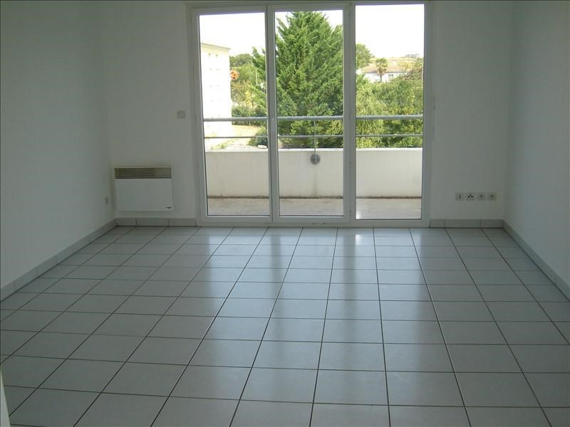 Rental apartment St jean d angely 475€ CC - Picture 2