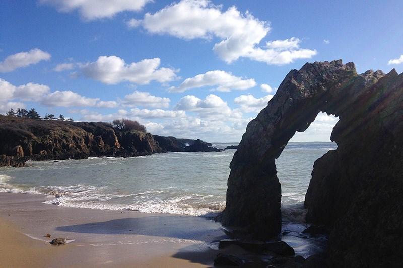 accessible à pied plage de la roche perçée