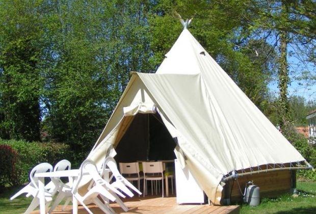 Location tipi meublé 4 ou 6 pers. - Camping avec piscine entre le Puy du Fou et le futuroscope en bord de lac