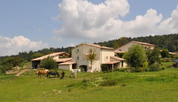 Gîte(6 à 8 personnes) , avec piscine à disposition,  chambre d'hôtes en roulotte , activités ânes et calèche, nature ...