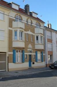 Maison à l'architecture typique de la région, découpée en six appartements de 30 m² chacun.