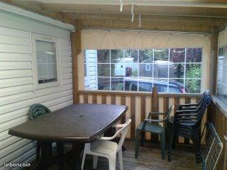 mobil home pour 6 p avec télévision et terrasse couverte, ainsi que jeux pour enfants et piscine couverte et chauffée