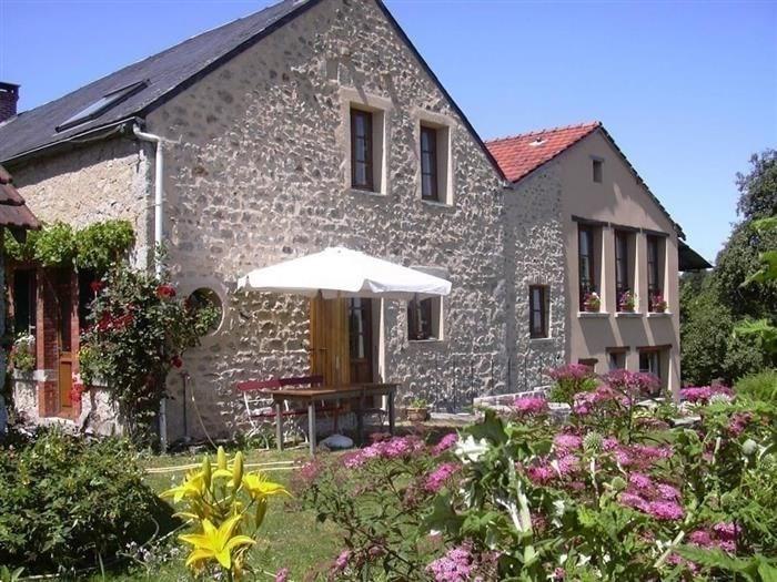 Dans le parc régional du Morvan, à mi-chemin entre Paris et Lyon, vous découvrirez 4 chambres ave...