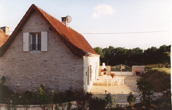GITE  en Périgord Noir maison en pierres dans un petit hameau  animaux acceptés nombreux sites touristiques à proximité
