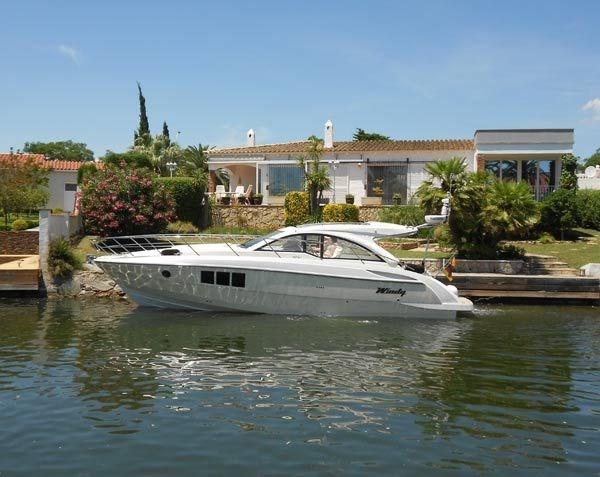 Grande et belle maison avec piscine privée sur un terrain de 1301 m² et canal large. 21,50 m de front de canal. Orien...