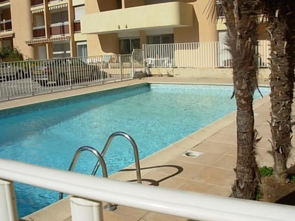 Location vacances Cavalaire-sur-Mer -  Appartement - 4 personnes - Salon de jardin - Photo N° 1