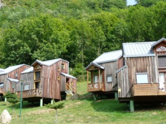 Ce village de 6 chalets est situé sur le complexe de loisirs d'Auzat, à 737 mètres d'altitude. Dans un espace vert en...