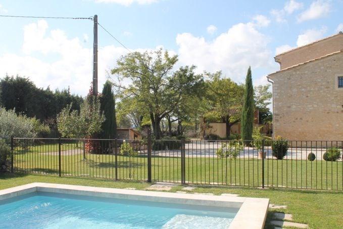 Superbe mas provençal en pierres anciennes restauré en 2003 avec matériaux de qualité. Situé en pleine campagne à 2 k...