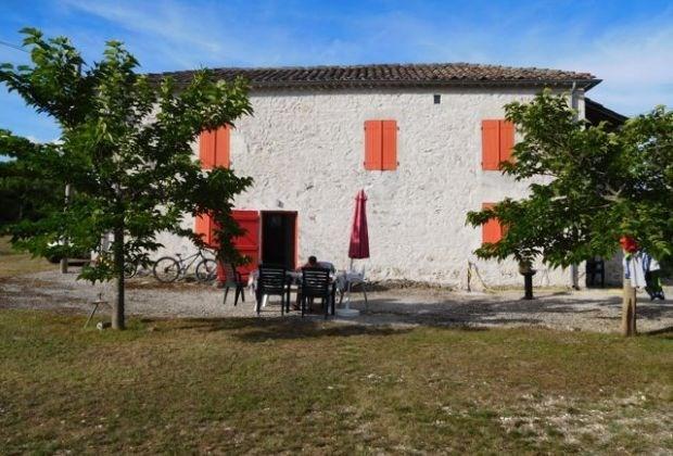Labouysse est une maison de vacances campagnarde avec un lieu idéal pour décompresser totalement...