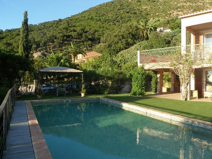 Vue extérieure : piscine, grand jardin, tonnelle,