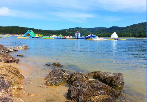 Lac St Férréol avec plage et jeux