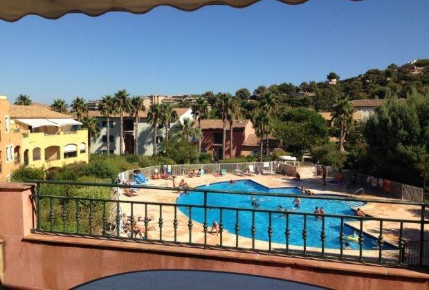 A800m plage et centre ville, appartement T3 avec grande terrasse à ciel ouvert surplombant la piscine.