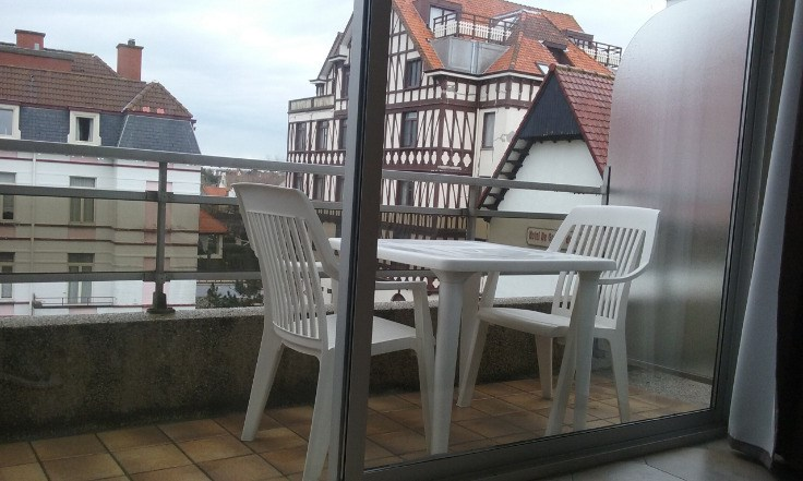 TE HUUR : Volledig vernieuwd appartement in De Haan