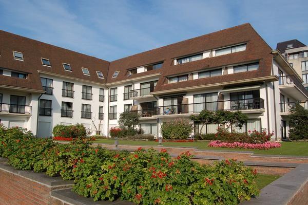 Villa -appartement met  twee staanplaatsen in het gebouw