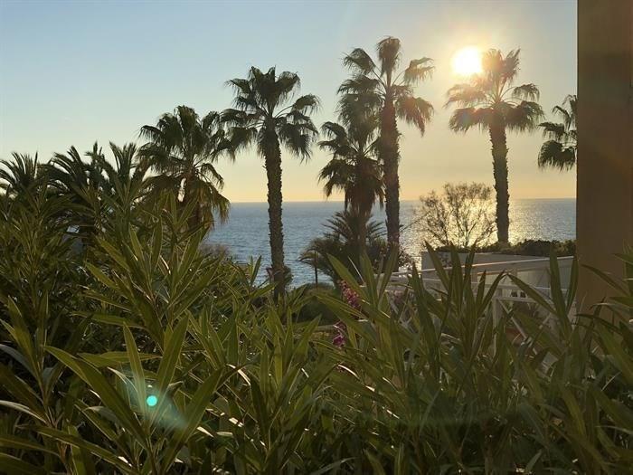 Pour vos vacances à Sanary, Le Temps Des Vacances est heureux de vous proposer cet agréable T2 avec grande terrasse d...