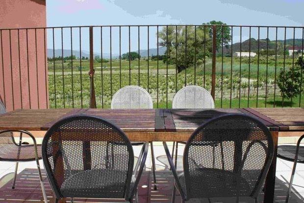 Lou Pavoun (4000m²) est un domaine de vacances situé au calme dans le village typique de Villedieu...