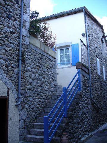 La maison avec l'escalier depuis la cour