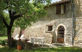 Maison mitoyenne, en campagne, chemin de terre sur 900m, terrain 6 ha, pré, terrasse ombragée, salon de jardin.