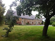 La longère vue de la pelouse qui bord la maison