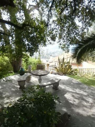 petite terrasse entre la maison et la piscine