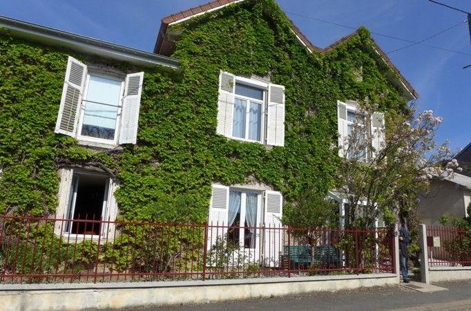Une maison de caractère, dans un environnement champêtre, verdoyant et boisé, qui offre authentic...