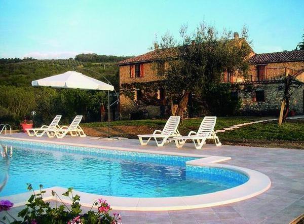 SAN FELICIANO, LAC TRASIMENE, Très agréable maison de campagne , piscine privée pour 8 à 12 personnes