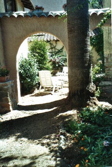 jardin et bains de soleil vu du fond (vers l'entrée)