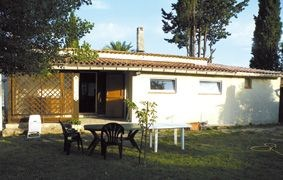 Sur un terrain fleuri et clos de 1200 m², maison individuelle avec piscine hors-sol (3.6 x 3.6 x 0.8 cm), salon de ja...