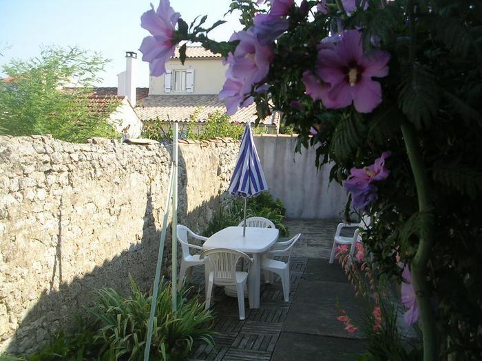 petite cour entourée de murs