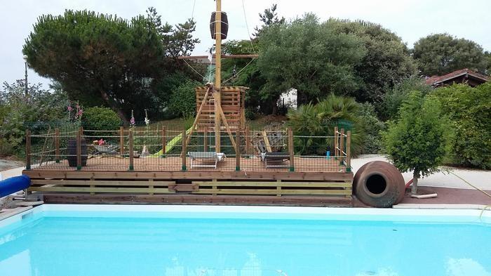 piscine extérieure privée avec aire de jeux