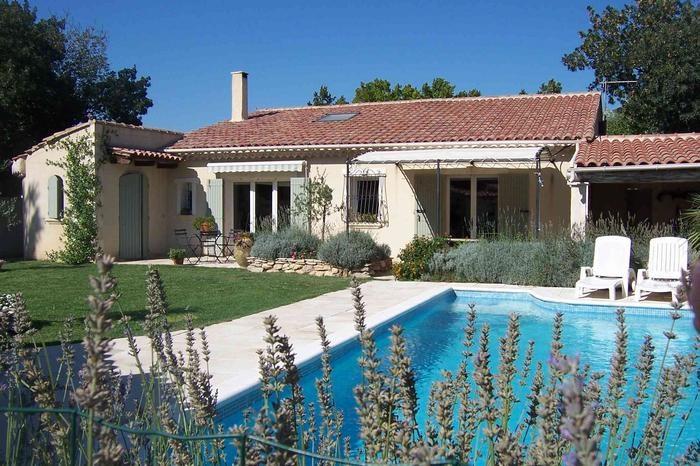 vue sur la piscine et la maison