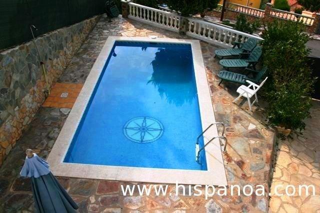type propriété : villa avec piscine , avec étage , accès a la location par escaliers.
