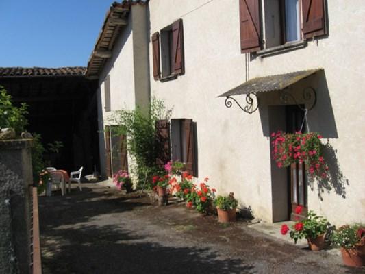 Maison dans le village avec sortie sur une petite cour indépendante de 150 m² exposée Sud-Est sans danger pour les en...