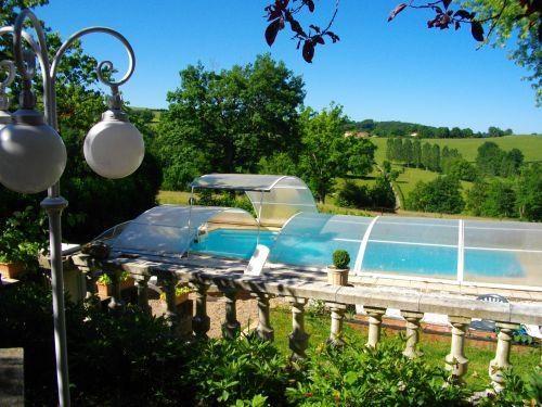 vue de la piscine privée et couverte