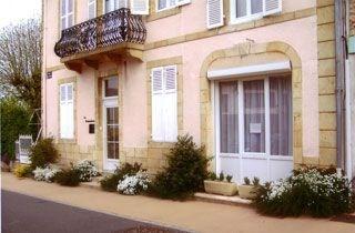 Résidences « LA RENAUDERIE » au centre de Saint honoré les bains, petite ville fleurie, station thermale (rhumatologi...